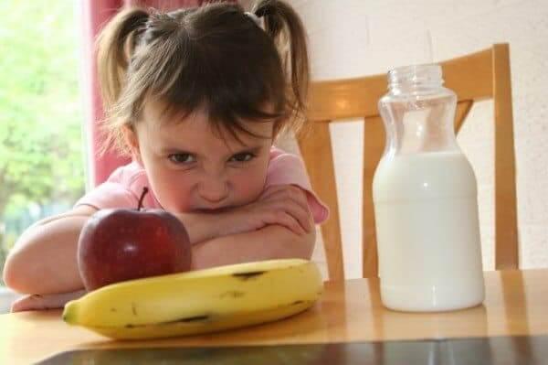 bé không chịu ăn hoa quả