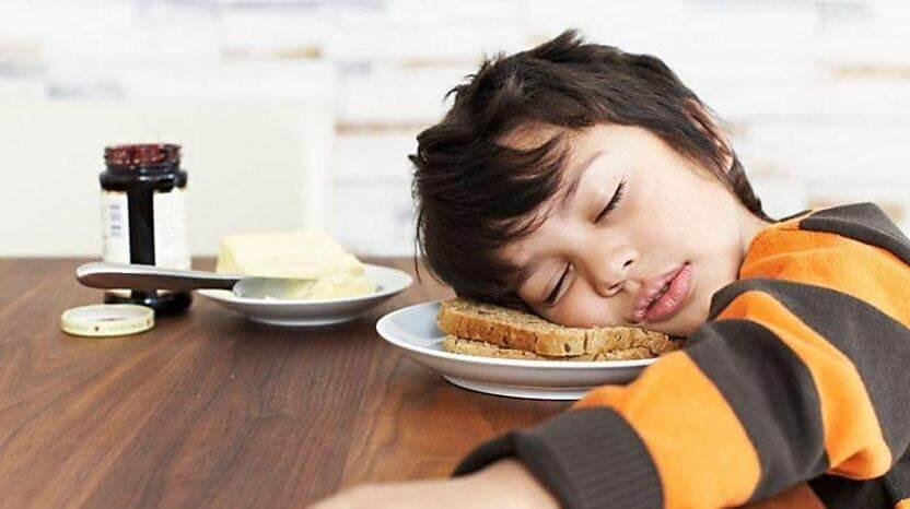 Ngủ không đủ giấc khiến trẻ mệt mỏi, không chịu ăn sáng