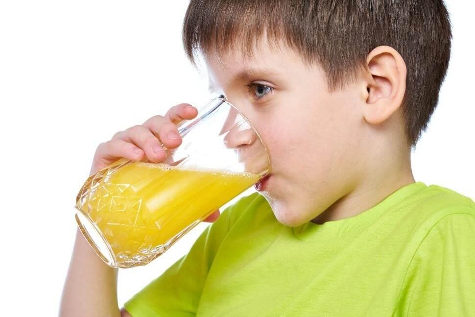 Tăng cường bổ sung nước và hoa quả khi trẻ bị đau họng