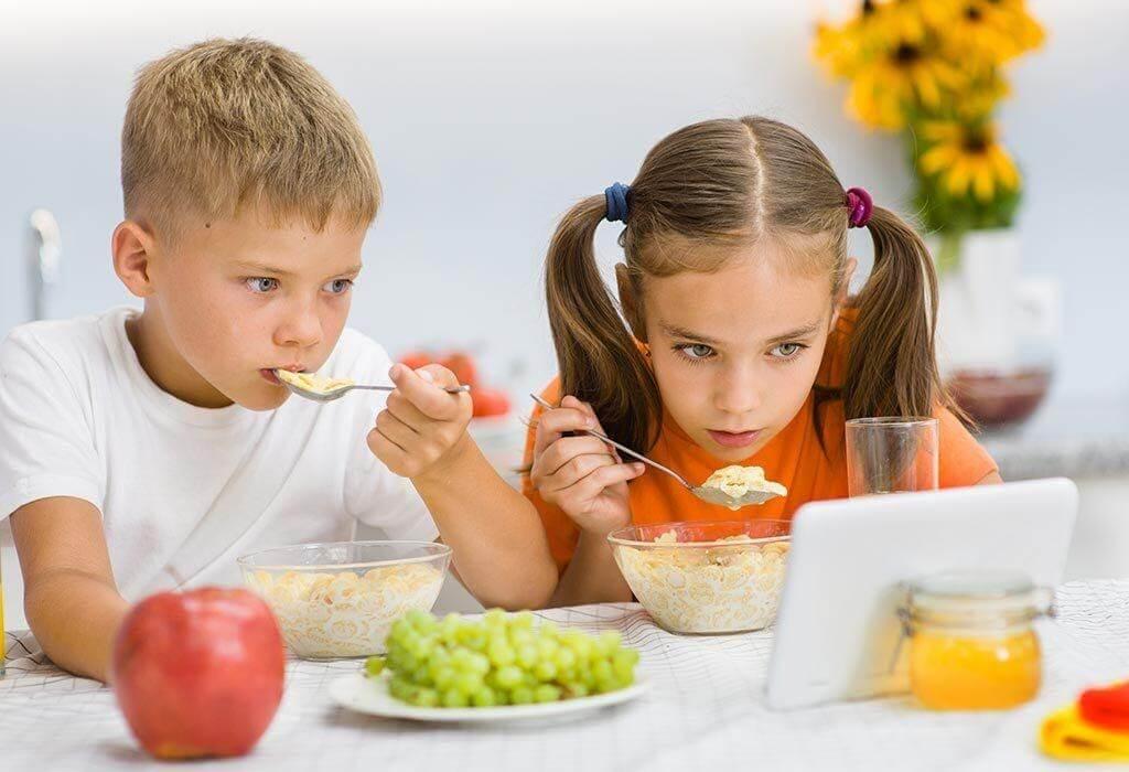 Vừa xem tivi vừa ăn khiến trẻ bị đau bụng và không cảm nhận được mùi vị của thức ăn