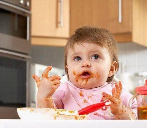 Cho trẻ làm quen với bột bằng cách chạm tay, tự nếm và liếm mút thức ăn