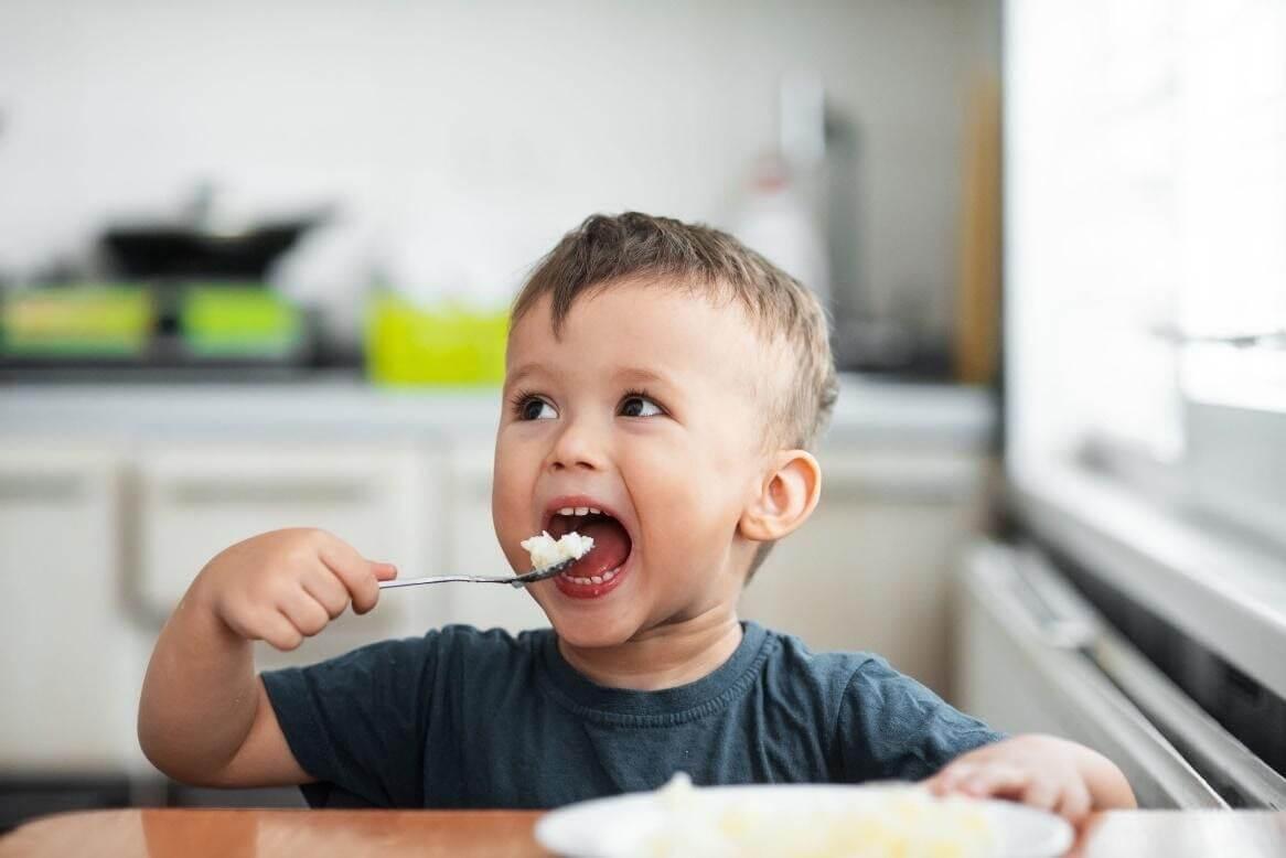 Trẻ 20 tháng tuổi đã có thể tập ăn cơm