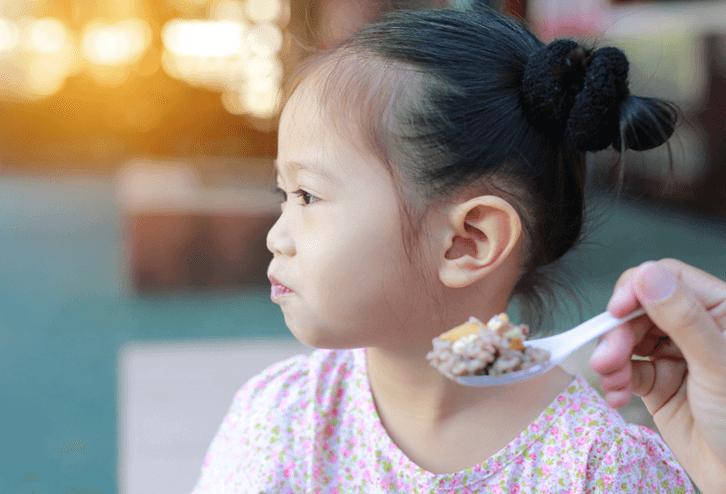 Trẻ có thể từ chối ăn vì cảm thấy cơm không ngon miệng
