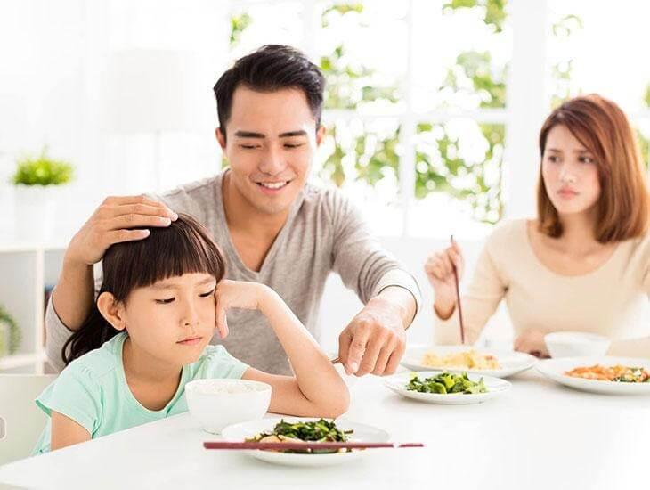 Ép buộc ăn uống khiến bé không chịu ăn cơm