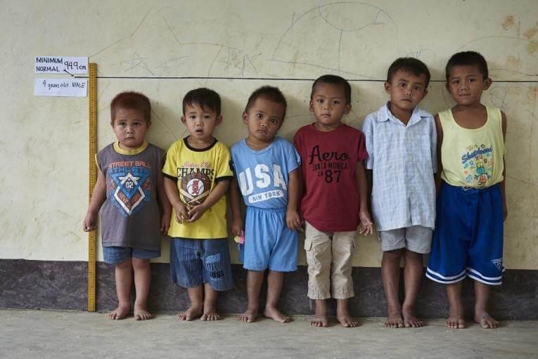 Đều 4 tuổi nhưng 6 trẻ trai này có tốc độ phát triển chiều cao khác nhau. Chỉ có 3 trẻ đạt chiều cao chuẩn theo tuổi.