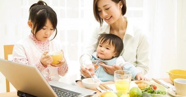 Không nên cho trẻ vừa ăn vừa xem tivi, điện thoại, máy tính