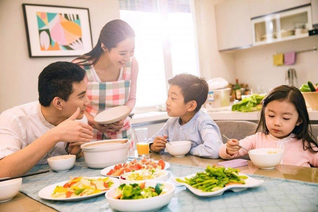 Nên để trẻ ngồi ăn cơm cùng cả gia đình cho dù trẻ không chịu ăn