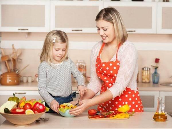 Khuyến khích trẻ nấu ăn cùng bố mẹ để tăng hứng thú với món ăn