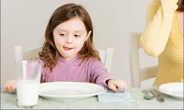trẻ 3 tuổi không chịu an com chỉ uống sữa