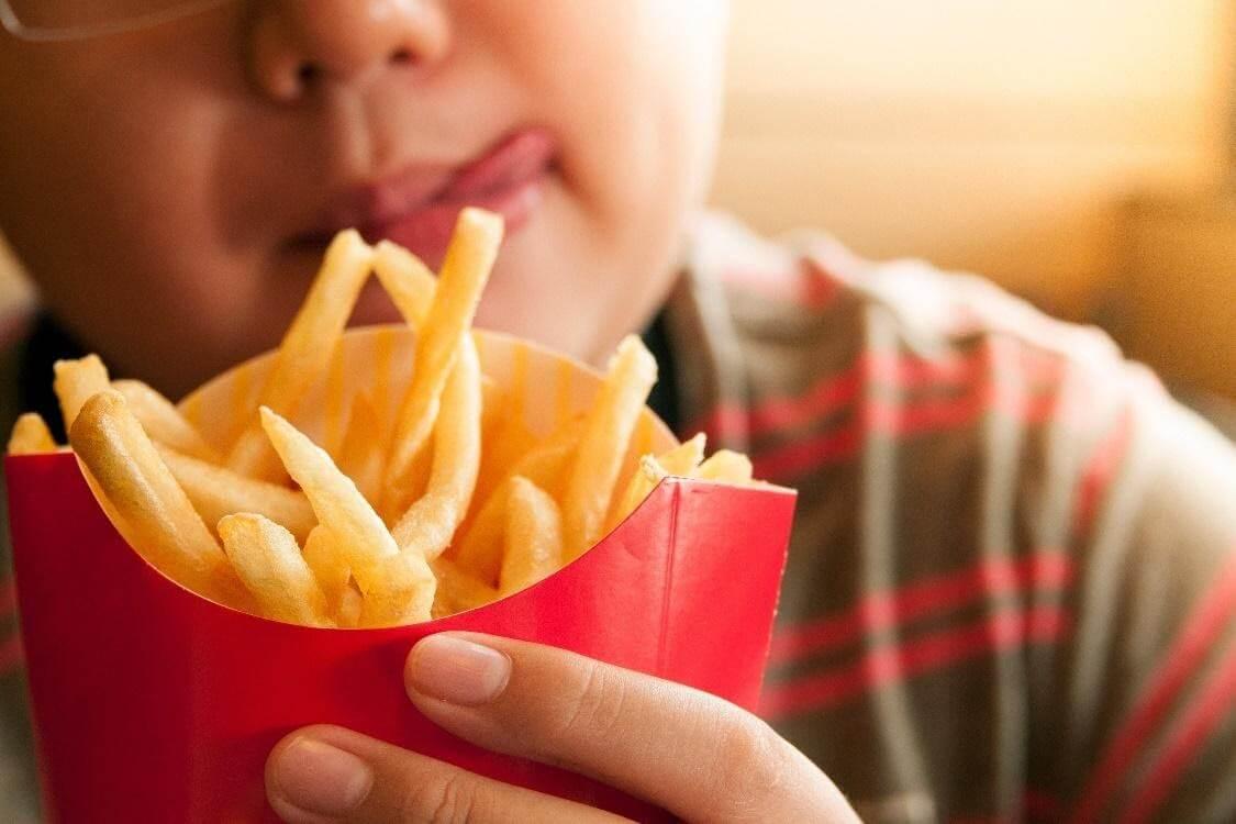 Hạn chế cho trẻ ăn đồ ngọt, thức ăn nhanh và nước uống có ga