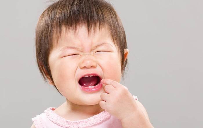 Mọc răng là nguyên nhân phổ biến khiến trẻ 6 – 20 tháng tuổi không chịu ăn