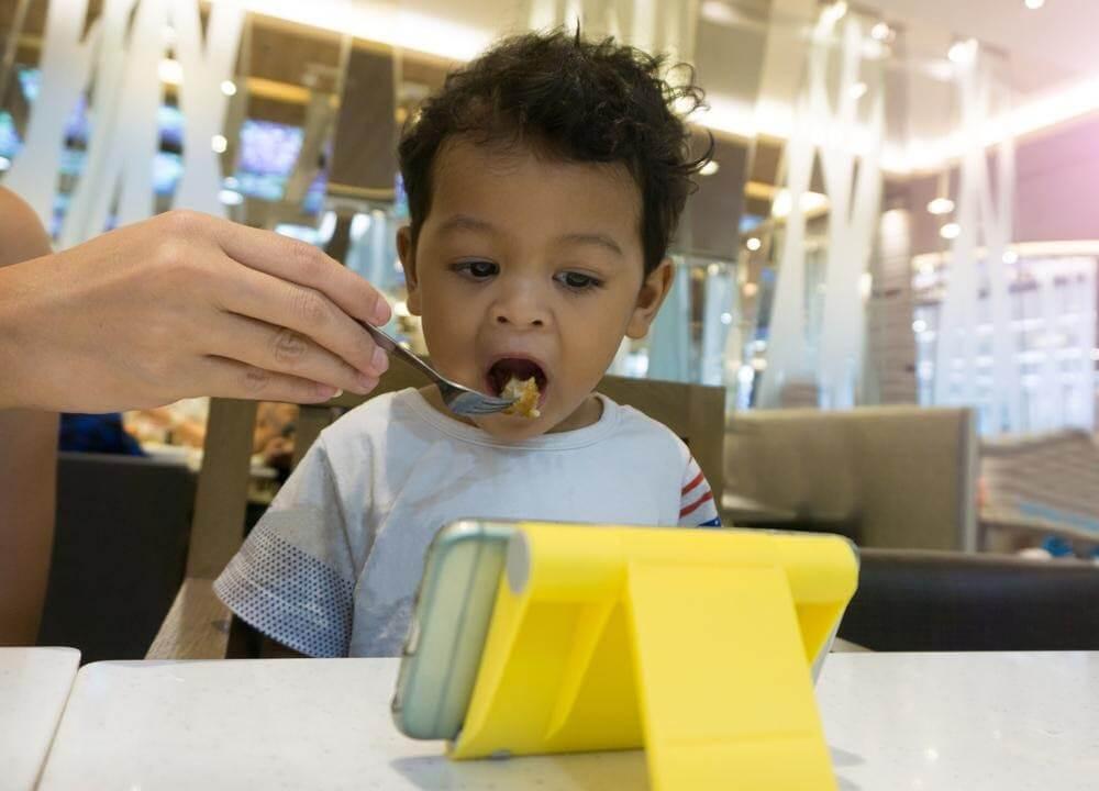 Đừng cho trẻ xem tivi, điện thoại hoặc nghịch đồ chơi trong khi ăn