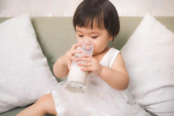 Sữa là thực phẩm cần thiết cho trẻ 12 – 16 tháng