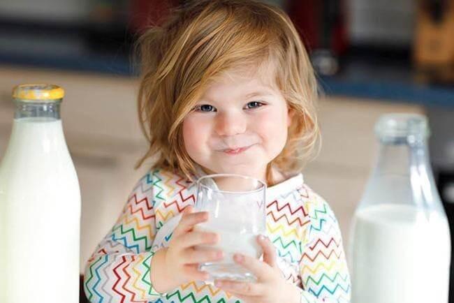 Sữa rất tốt cho trẻ nhưng không nên cho trẻ uống quá nhiều