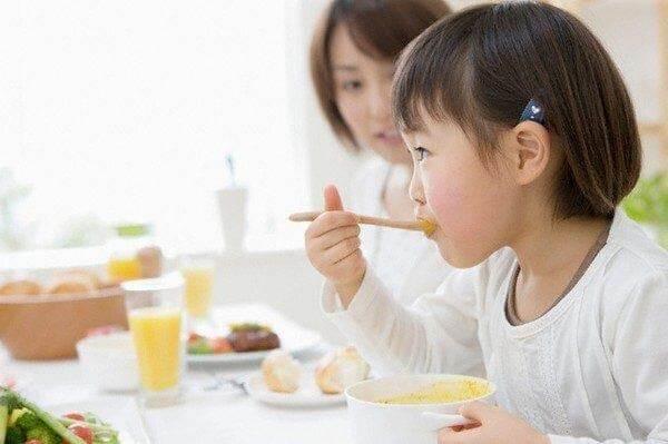 Cho trẻ tự xúc ăn