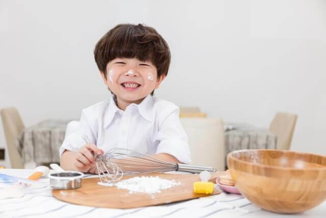 Trẻ sẽ hứng thú với món ăn hơn khi được nấu ăn cùng bố mẹ