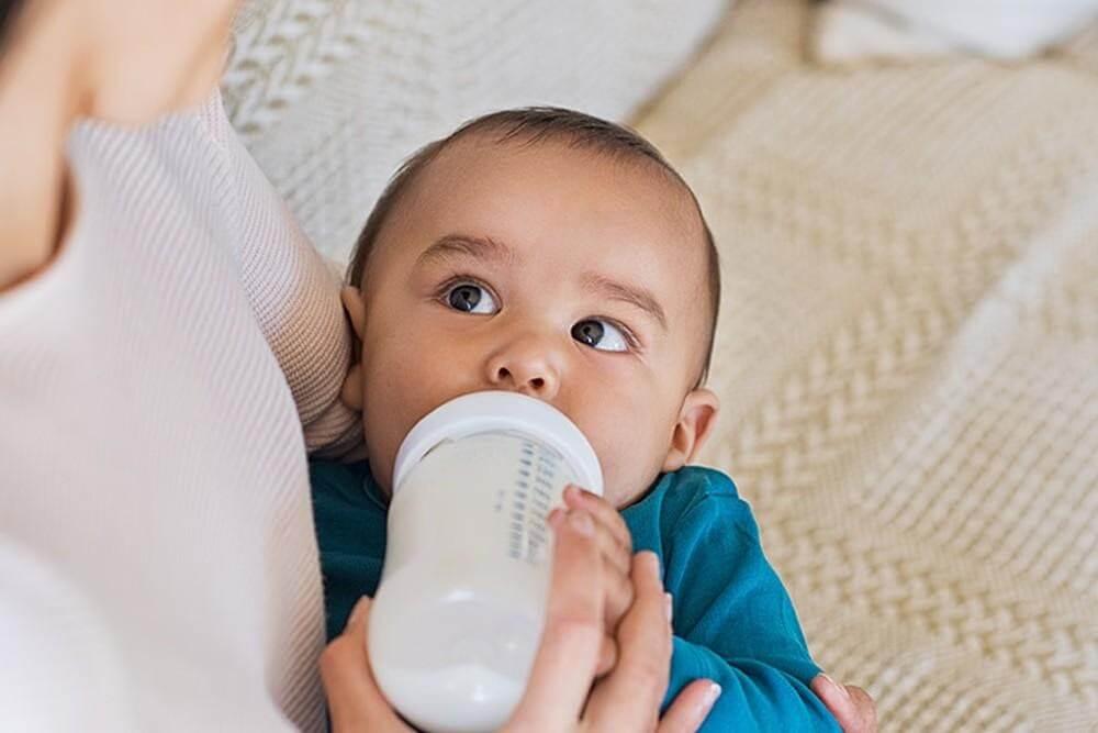 Khi cho trẻ bú bình, bạn có thể bế đứng hoặc cho trẻ nằm nghiêng, nằm ngửa