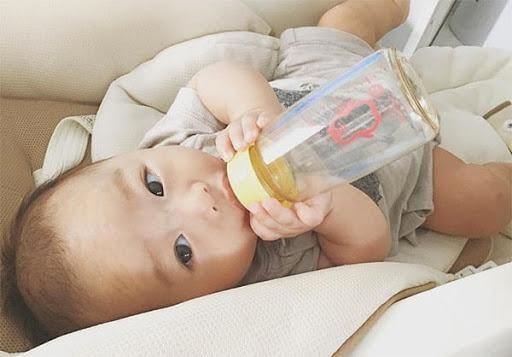 Cho trẻ ngậm và nhai núm vú để làm quen trước khi bú bình