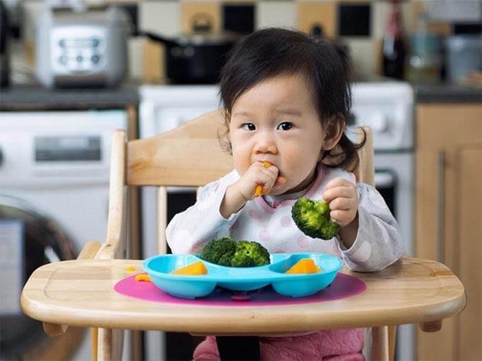 Nên cho trẻ ngồi ăn trên ghế và không sử dụng thiết bị điện tử trong giờ ăn