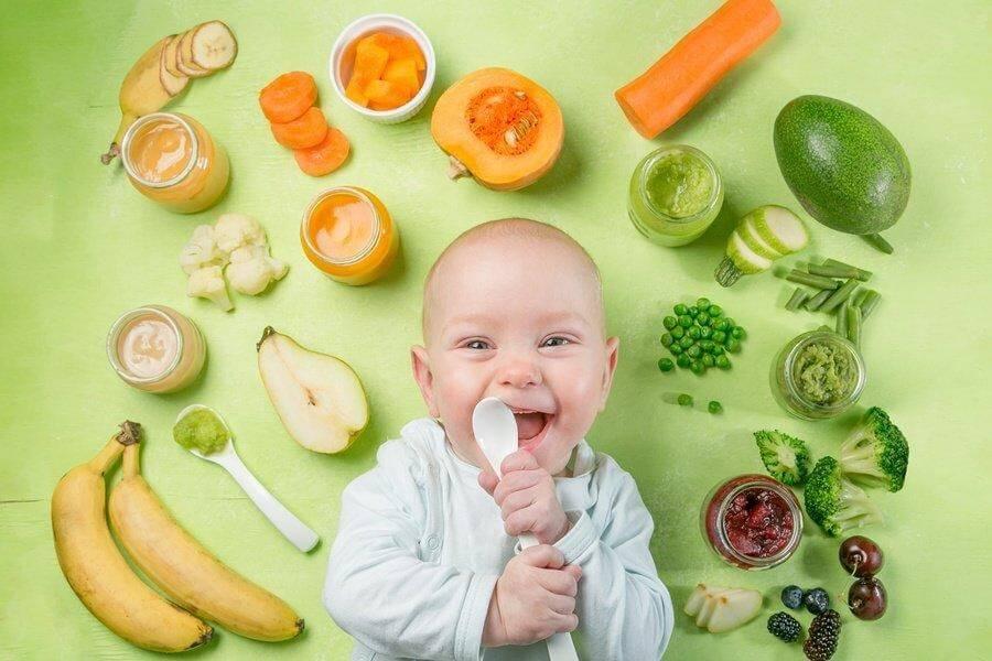 Rau xanh và hoa quả chứa nhiều vitamin và khoáng chất cần thiết cho trẻ 15 tháng tuổi