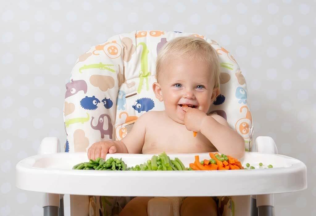 Bạn đừng sợ bẩn, ngại bừa mà ngăn cản trẻ cầm nắm, nếm ngửi thức ăn