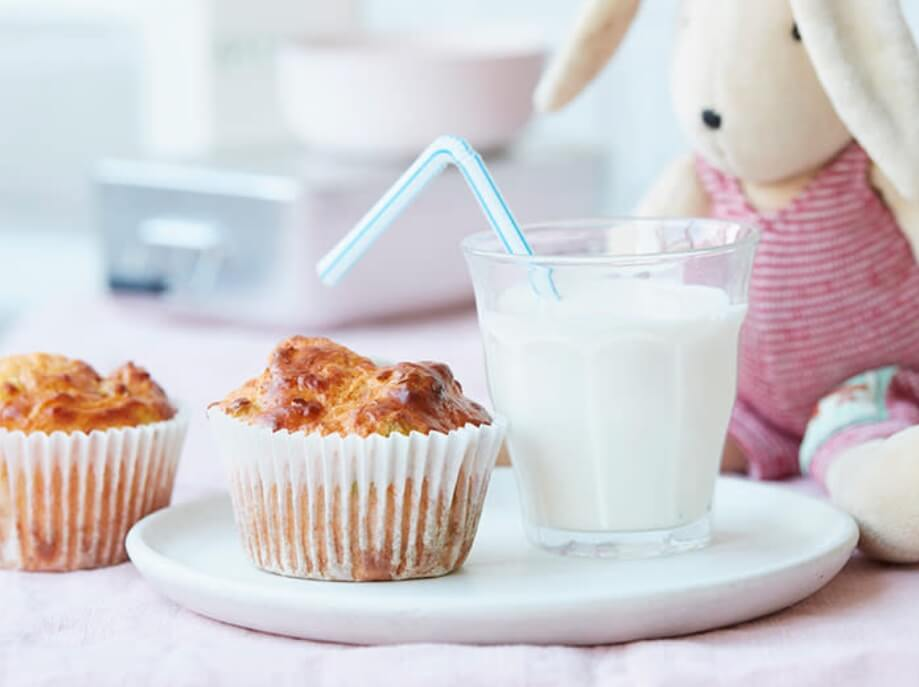 Bánh và sữa là bữa sáng đầy đủ dinh dưỡng cho trẻ 15 tháng lười ăn