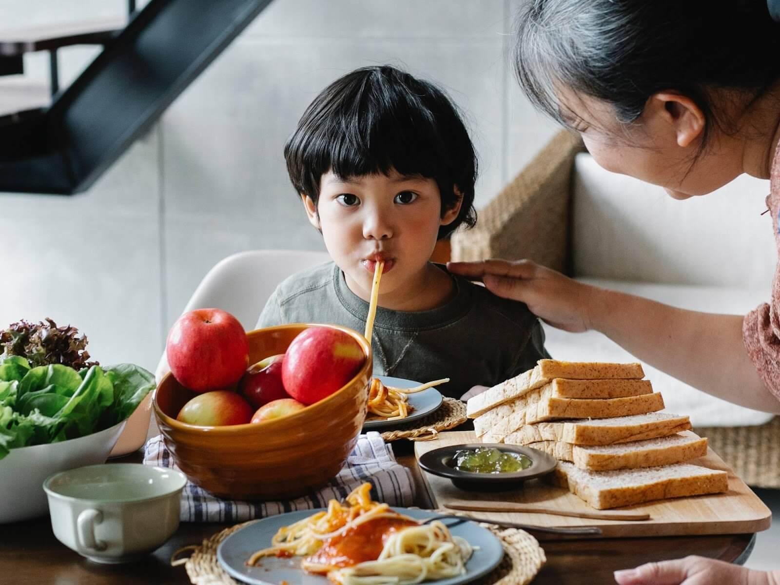Bữa ăn của trẻ 3 tuổi biếng ăn, suy dinh dưỡng cần cung cấp đầy đủ các nhóm chất đa lượng và vi lượng
