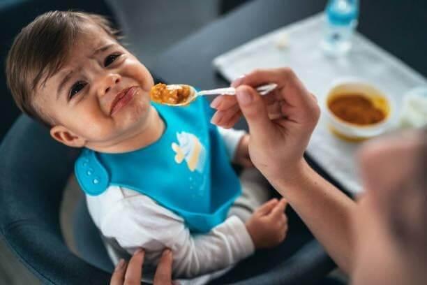 Ép trẻ ăn bằng được hoặc quát mắng trẻ trong bữa ăn là những sai lầm phổ biến của bố mẹ khiến bé sợ hãi, cáu giận và không chịu há miệng khi ăn