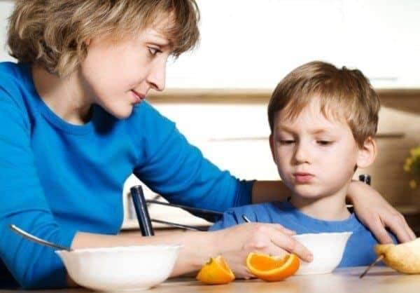 Khuyến khích và khen ngợi con ăn uống không chỉ giúp trẻ yêu thích bữa ăn mà còn bồi đắp sự tự tin và tình cảm gia đình