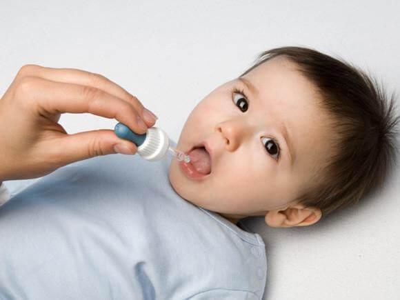 Cho trẻ 1 tuổi biếng ăn uống bổ sung vi chất để phòng tránh thiếu hụt và thúc đẩy hệ tiêu hóa hoạt động tốt hơn