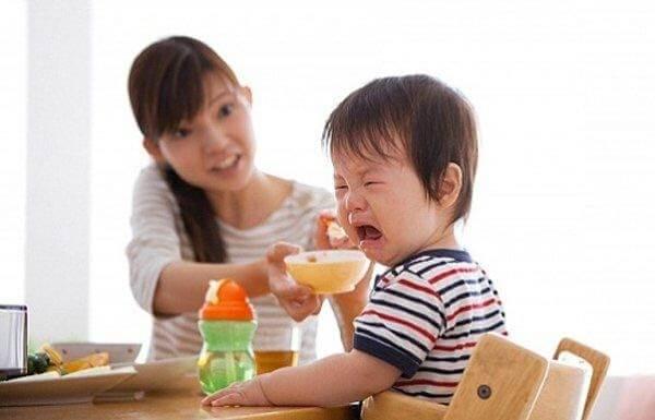Ép trẻ ăn là nguyên nhân phổ biến dẫn tới tình trạng biếng ăn ở trẻ 2 tuổi