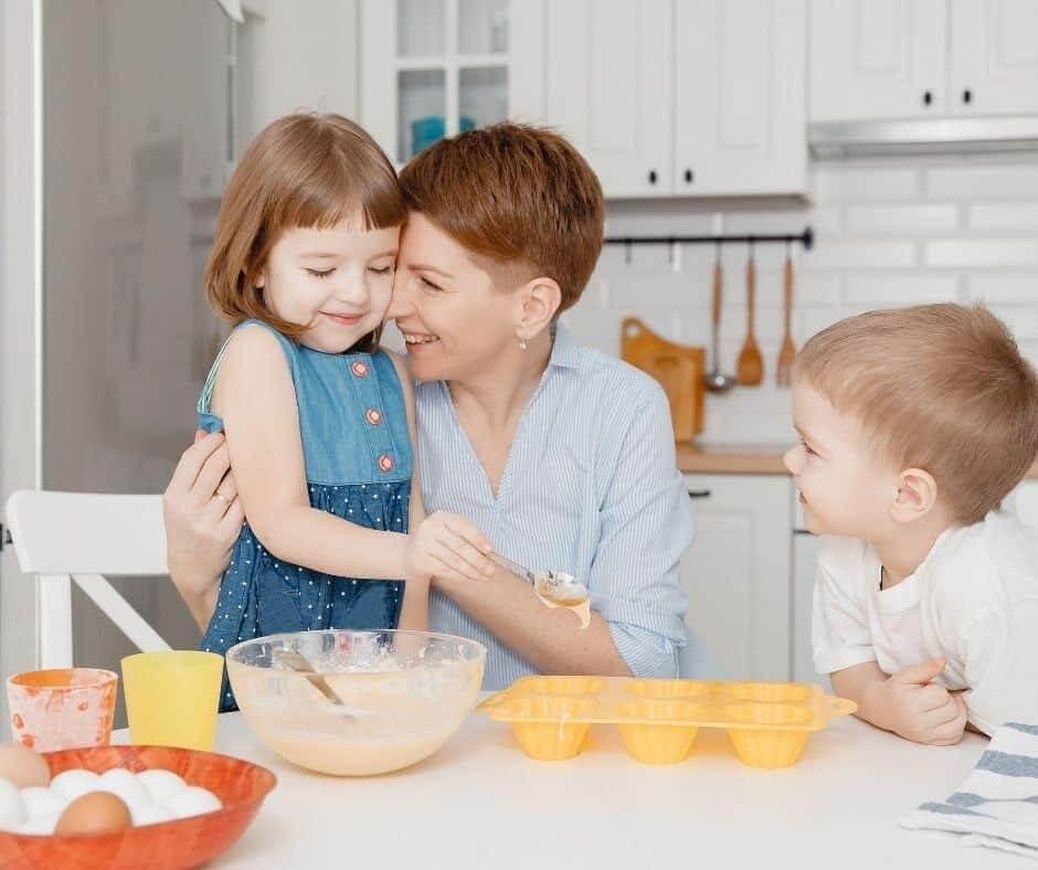 Cho con đi chợ và nấu ăn cùng bố mẹ kích thích cảm giác ngon miệng của trẻ
