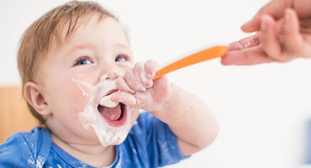 Với trẻ hiếu động, đòi tự ăn