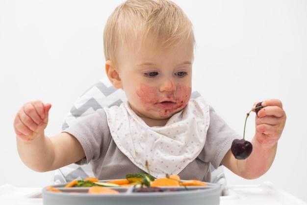Cho con tự khám phá đồ ăn là cách trị biếng ăn hiệu quả với trẻ dưới 1 tuổi