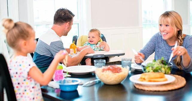 Ngồi ăn cùng bố mẹ giúp trẻ ăn ngon miệng hơn và yêu thích bữa ăn gia đình