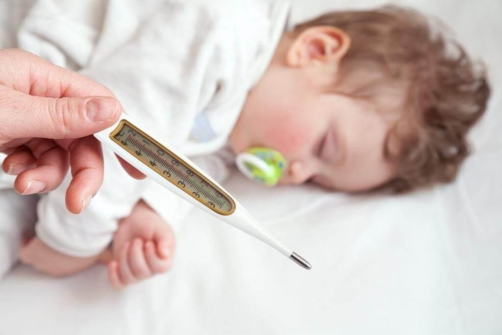 Mọc răng và bị ốm là nguyên nhân phổ biến khiến bé không chịu ăn gì cả ngày