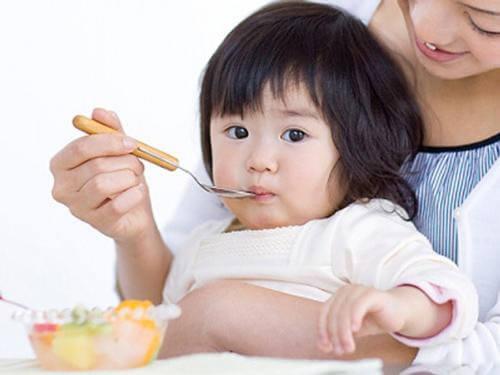 Bố mẹ nên cho trẻ ăn thức ăn mềm, ít một và nhiều bữa trong ngày
