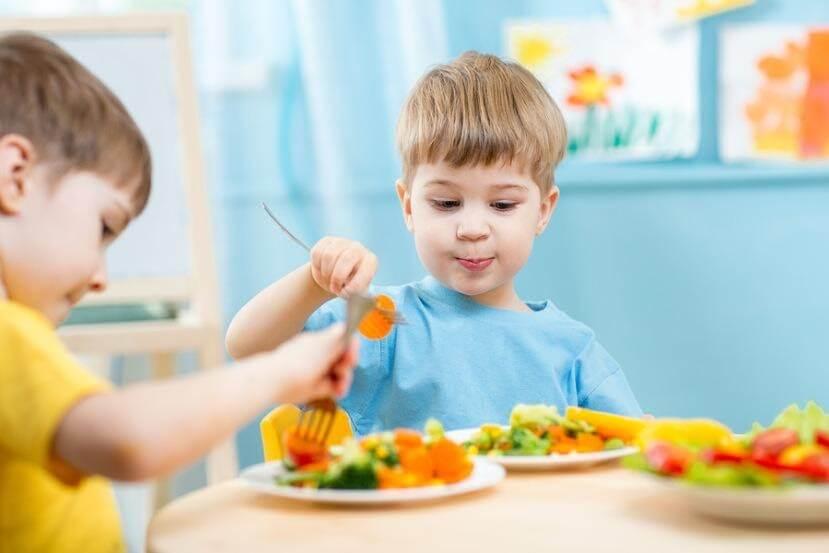 Cố định khung giờ ăn uống giúp hệ tiêu hóa của trẻ hoạt động tốt hơn