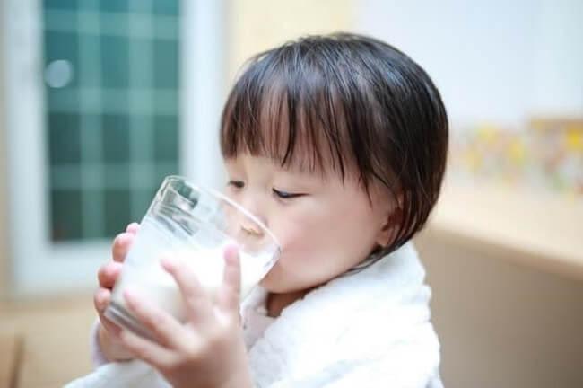 Trẻ uống sữa và nước nhiều hơn trong giai đoạn mọc răng