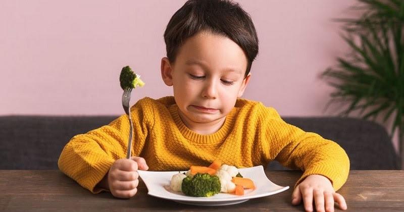 Trẻ bị tưa lưỡi thường chảy máu và đau đớn nên không muốn ăn