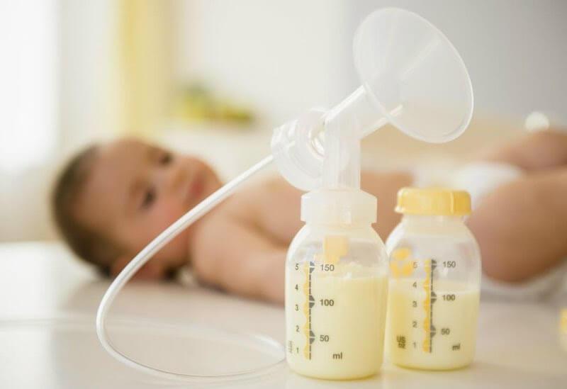Mẹ nên cho bé uống sữa và ăn vặt hợp lý
