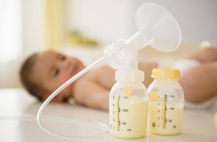 Mẹ nên vắt sữa, tránh bầu ngực căng tức
