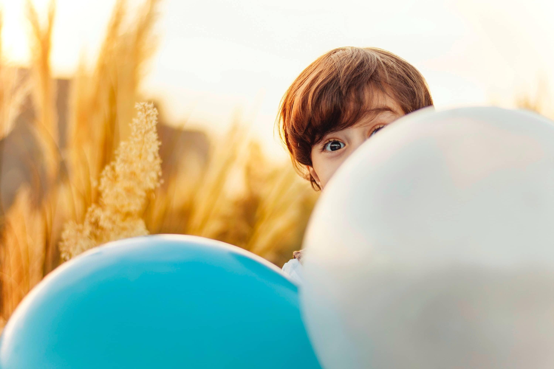 Enfant avec des ballons
