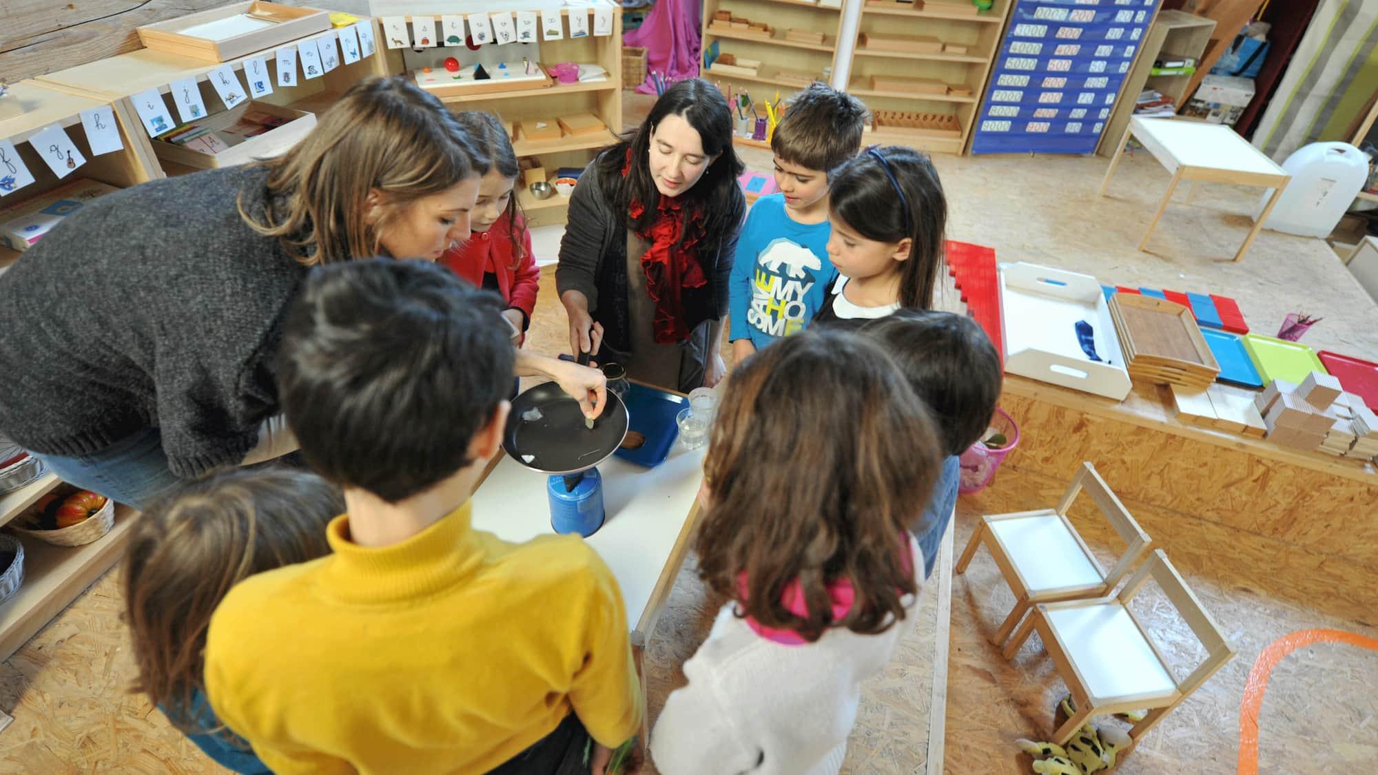 Des enfants autour d'un atelier cuisine