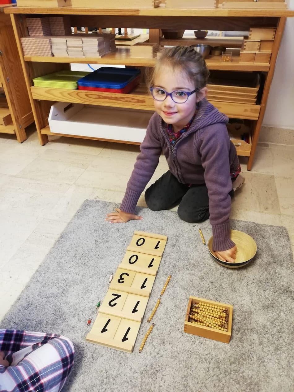 Enfant à l'école avec des exercices de mathématiques