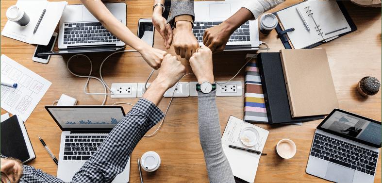 Collaborateur se félicitant avec les mains symbole de leur collaborativité