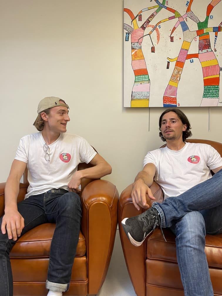 Thomas et Florian assis et discutant