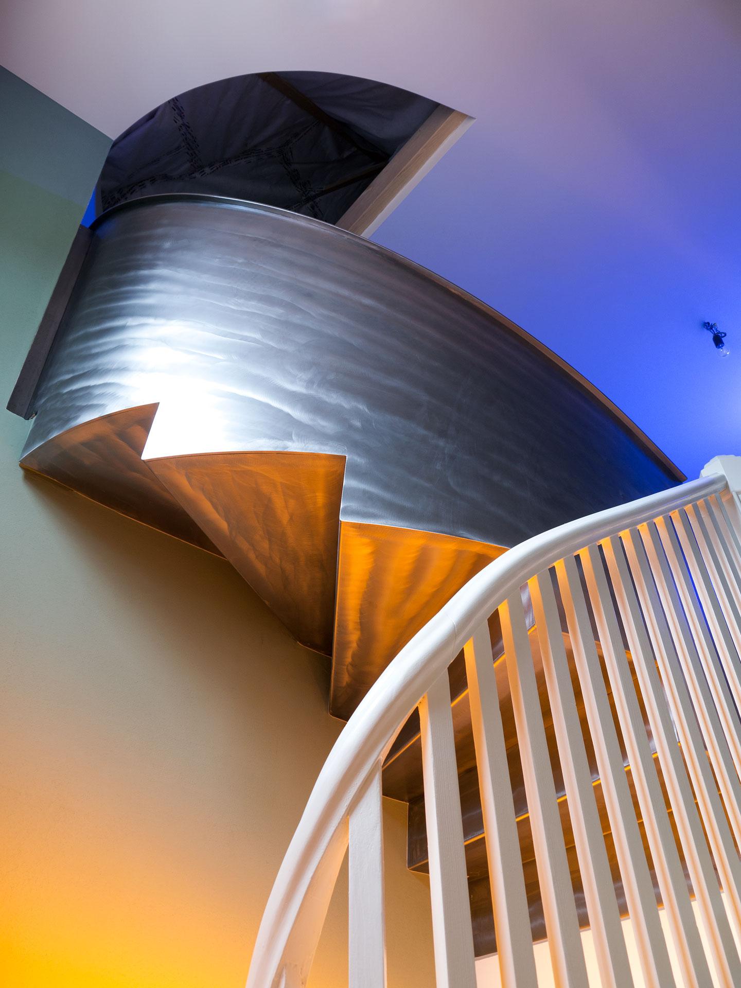 Die neue Stahltreppe verbindet Obergeschoss und Dachgeschoss