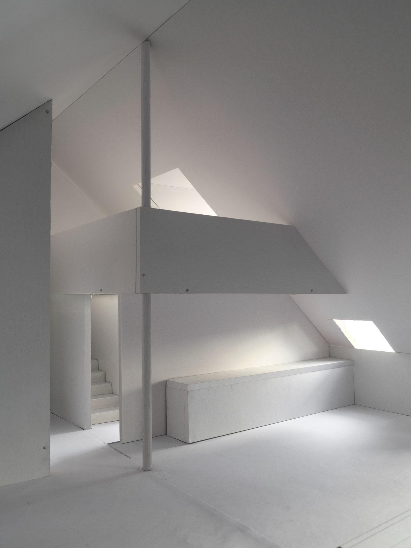 Der sechs Meter hohe Innenraum bietet eine überraschende Grosszügigkeit