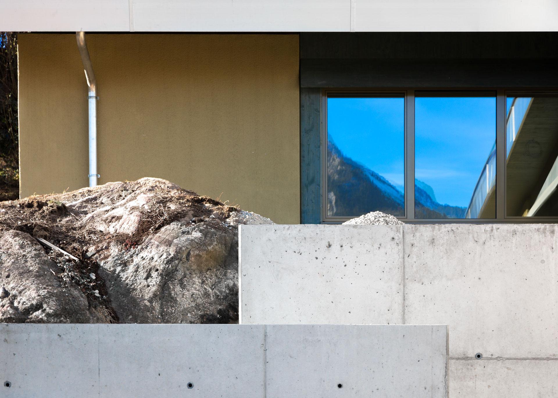 Die Staffelung von architektonischen Elementen kreiert verschiedenartige Räume
